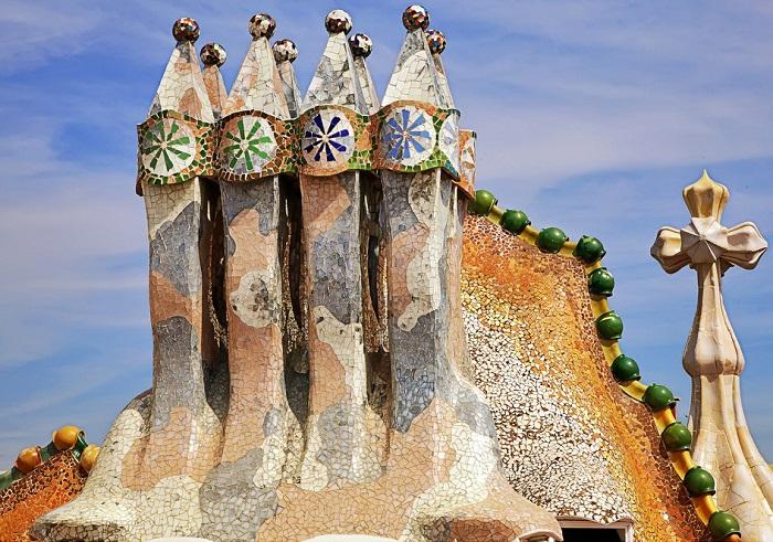 Фирменные башни-дымоходы (Casa Batllо).
